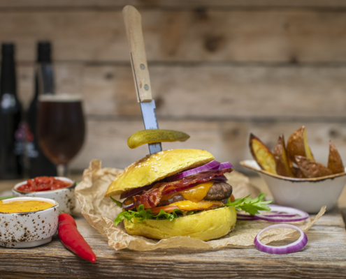 Elgburger med deilig tilbehør. Foto Lise von Krogh