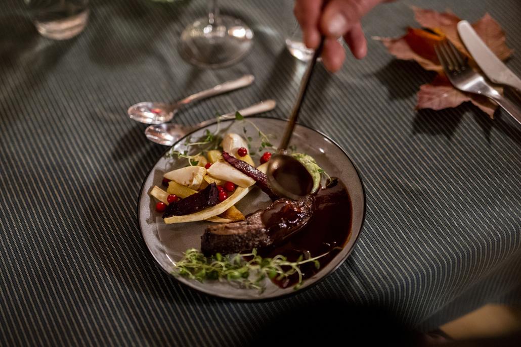 Økologisk lam, rotgrønnsaker, pastinakk-krem, rognebærgele og rødvinssaus. Foto Jo Staube