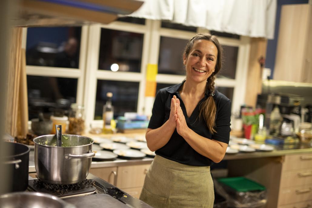 Vertinne og kokk Monica Celius gleder seg til å servere gjestene. Foto Jo Straube