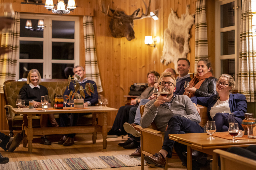 Før middagen fikk gjestene en overraskelse: ølsmaking med vår egen ølbrygger Jarle Medhus. Foto Jo Straube