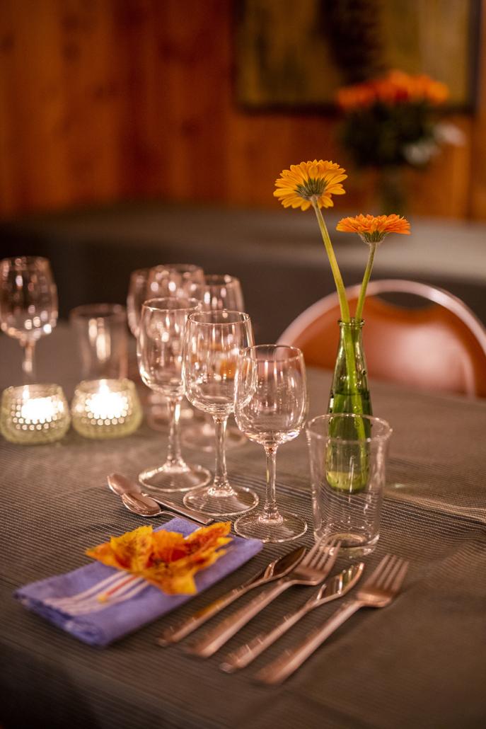 Dekket til bords i høstlige farger. Foto Jo Straube