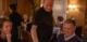 Stephan Østensen skjenker og serverer glade gjester. Foto Jo Staube