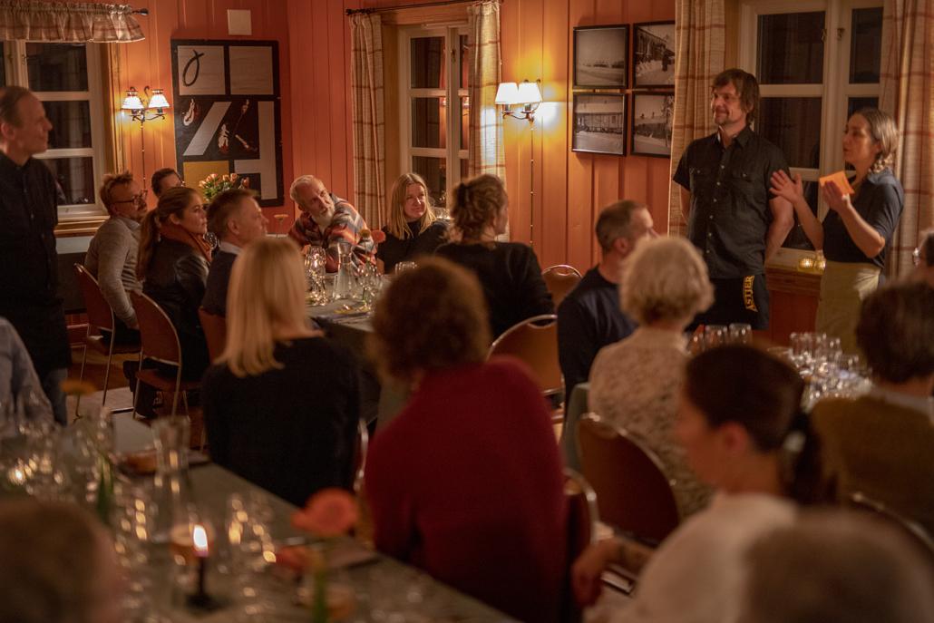 Eystein Hagen og Monica Celius presenterer menyen – med jukselapp. Foto Jo Straube